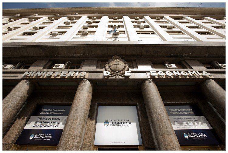 El Tesoro nacional sale a colocar letras en pesos por el equivalente a más de u$s1.700 millones.