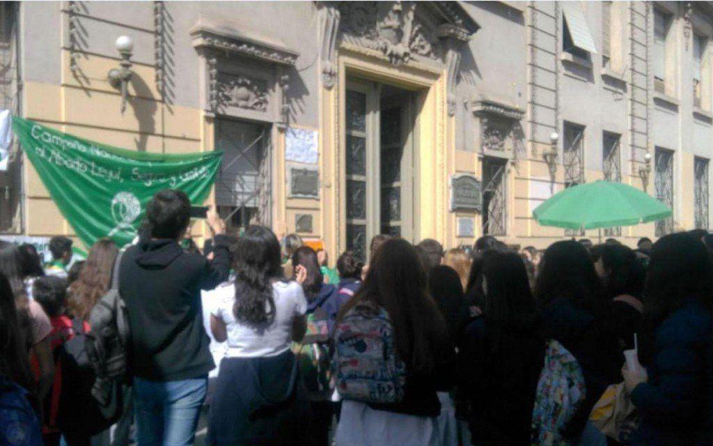 Desmienten que se haya amonestado a alumnas del Illia por el uso de pañuelos verdes