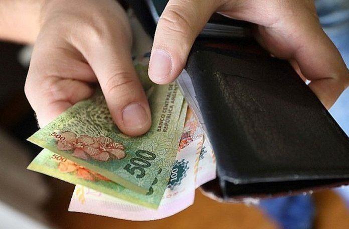 El salario mínimo se derrumbó un 53% en los últimos cuatro años