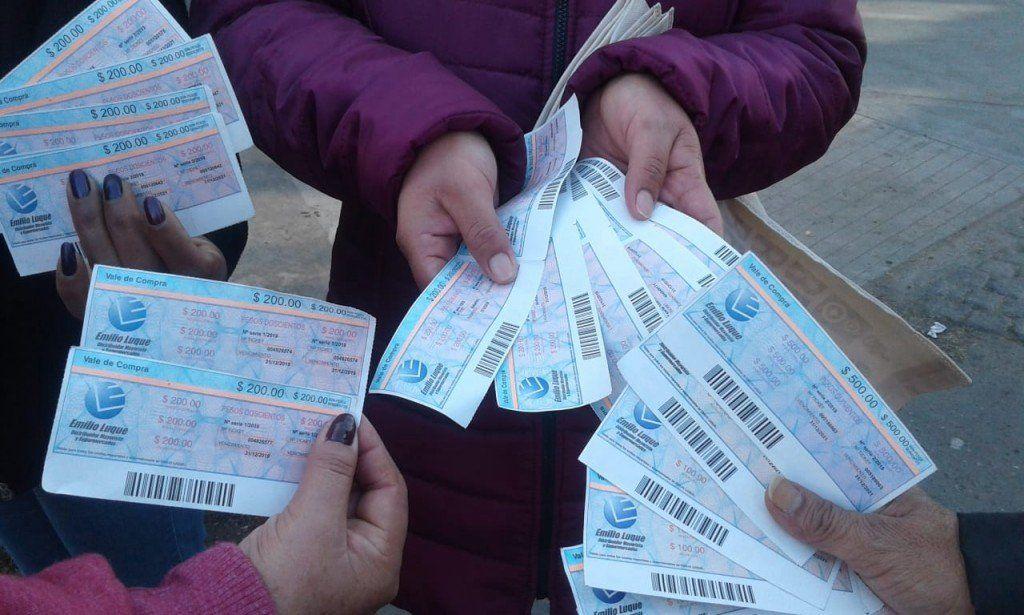 Personas intentan comprar en un supermercado con los tickets que les dieron punteros políticos
