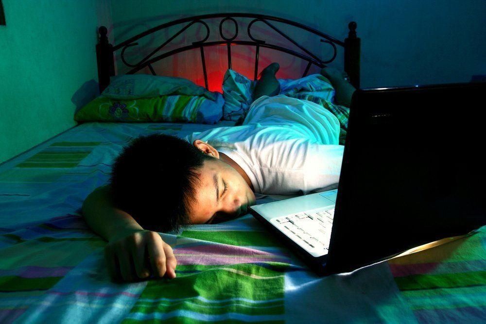 ¿Por qué es malo quedarse dormido con la televisión encendida?