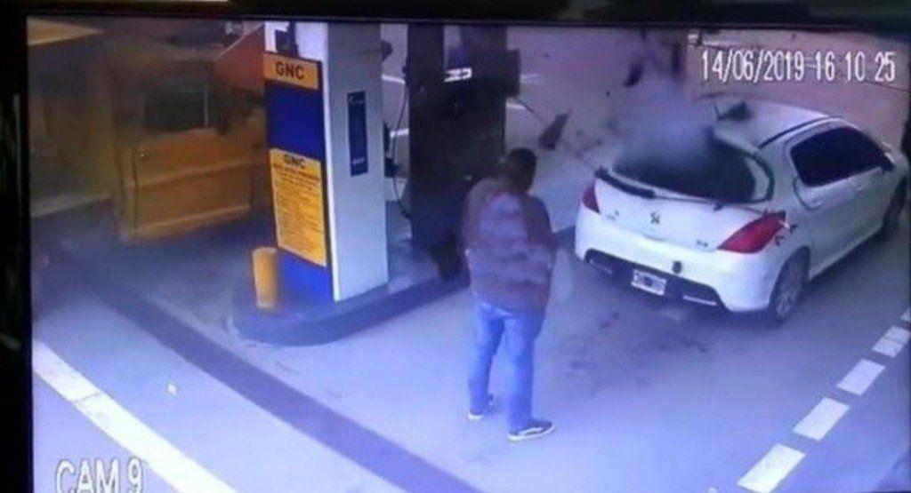 Le explotó el tanque cuando cargaba gas y saltó la droga: se dio a la fuga