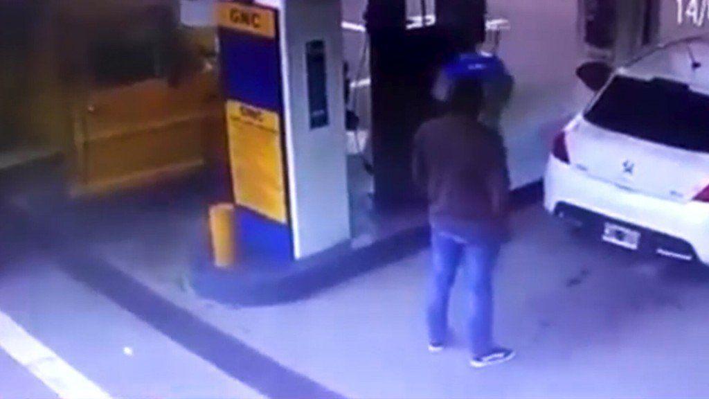 Fue a cargar gas y le explotó el baúl donde tenía escondida cocaína