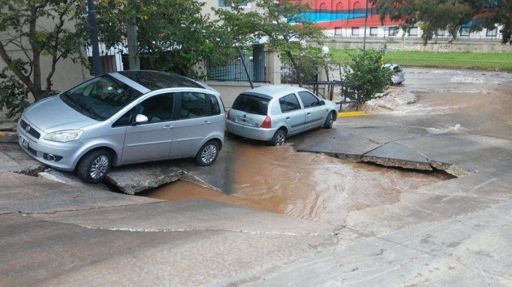 La explosión de un caño de agua produjo un cráter en Córdoba