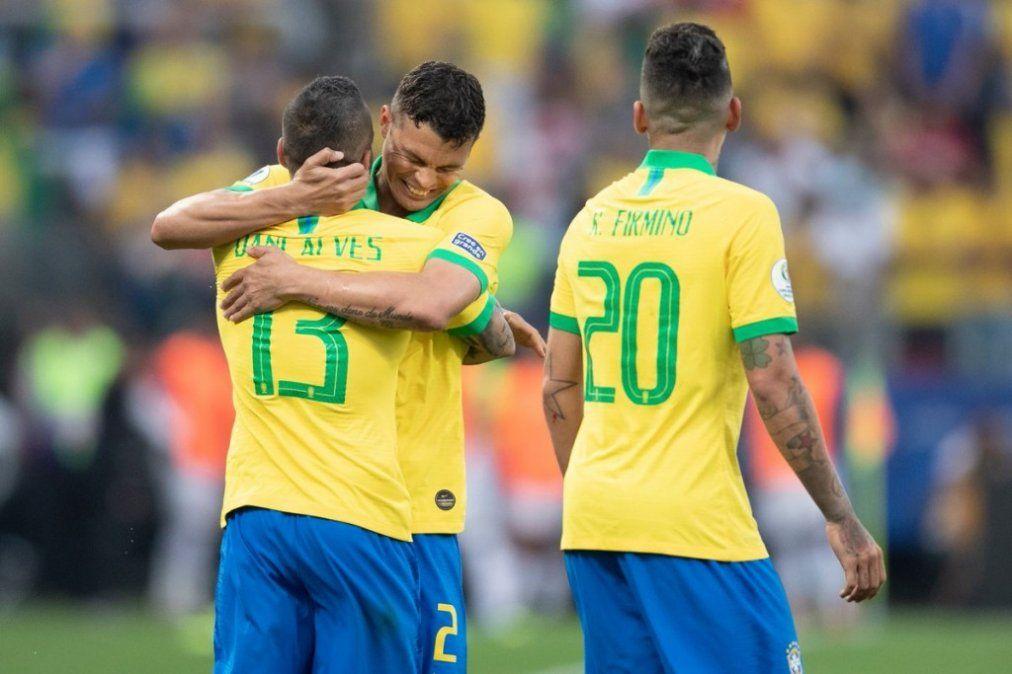 Brasil bailó a Perú, lo goleó 5-0 y le dio una mano a la Argentina
