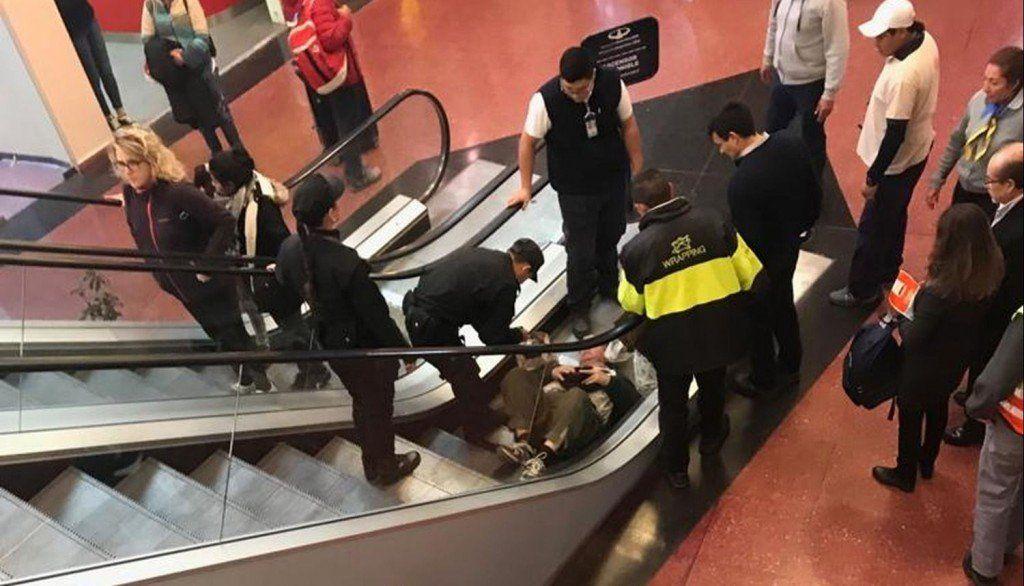 Cayó sobre las escaleras del aeropuerto salteño y sólo sufrió golpes