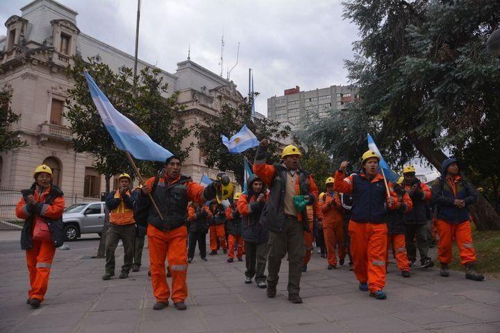 Mineros de El Aguilar lograron un acuerdo y hoy vuelven a sus puestos de trabajo