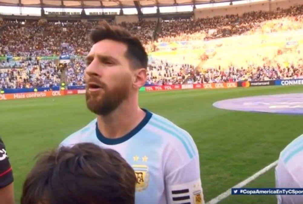 Leo Messi cantó el himno en la previa con Venezuela