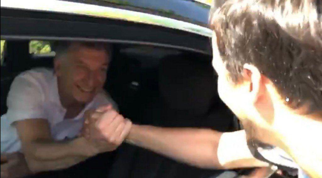 Le pedían una foto a Macri, los recibió y lo escracharon en Suiza