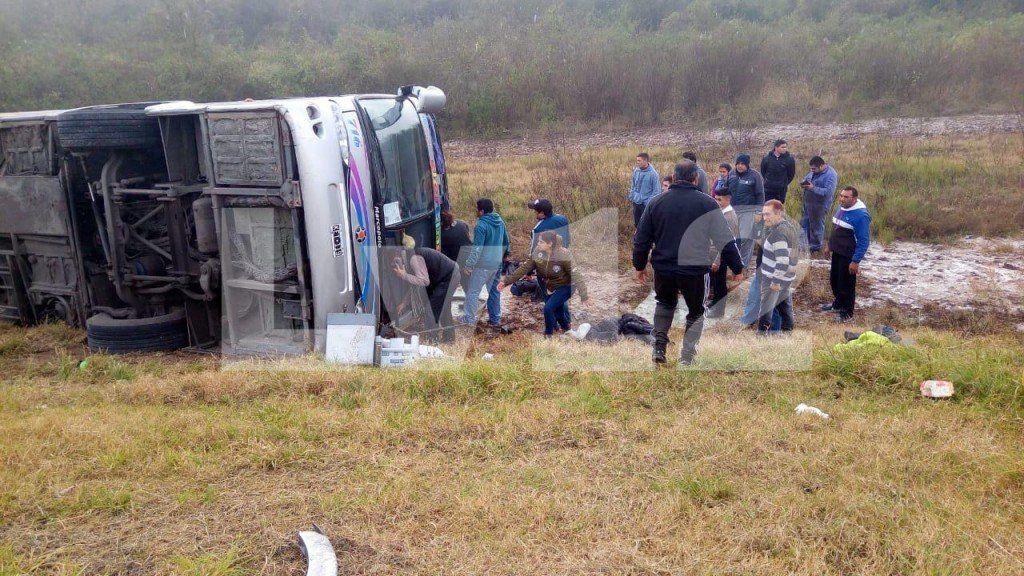 Volcó un micro de jubilados: Al menos 15 muertos y más de 40 heridos