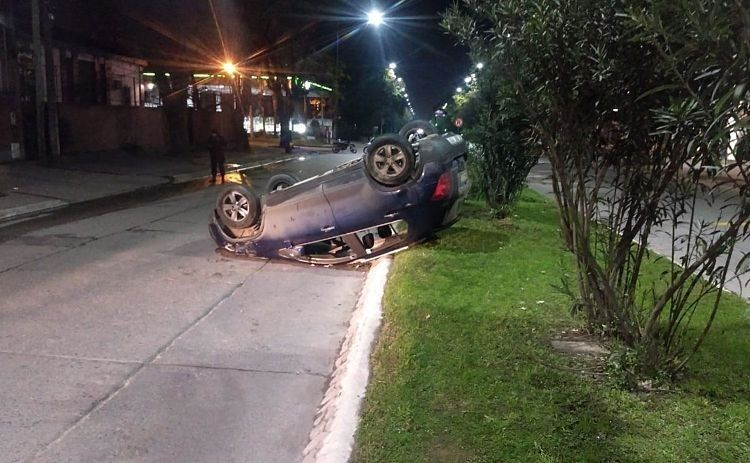 Un automovilista volcó en avenida Aconquija al 600