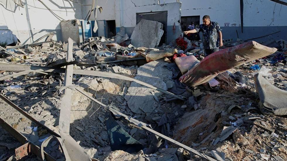 Al menos 44 muertos y 130 heridos provocó un bombardeo en un centro de migrantes en Trípoli