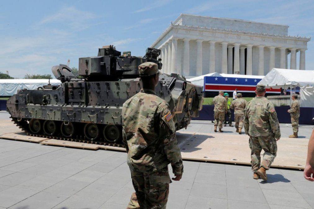 Despliegue de aviones, armas y tanques de guerra en el desfile por el Día de la Independencia