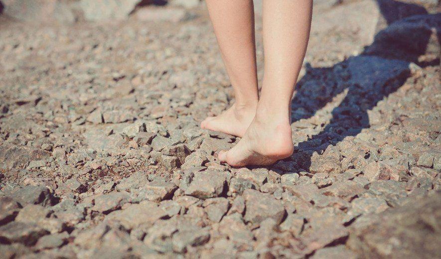 Con los pies en la tierra y los talones secos