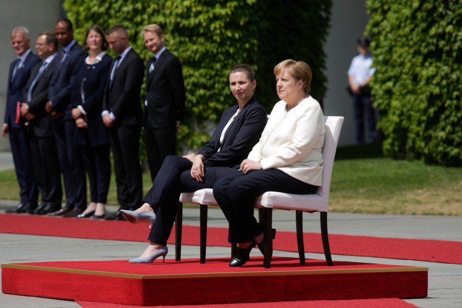 Angela Merkel rompió el protocolo y tomó asiento durante un acto oficial