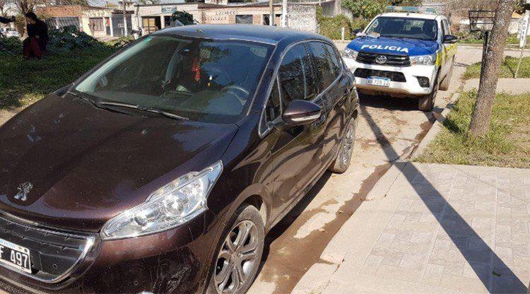 La policía recuperó dos autos robados en distintas casas de la Capital