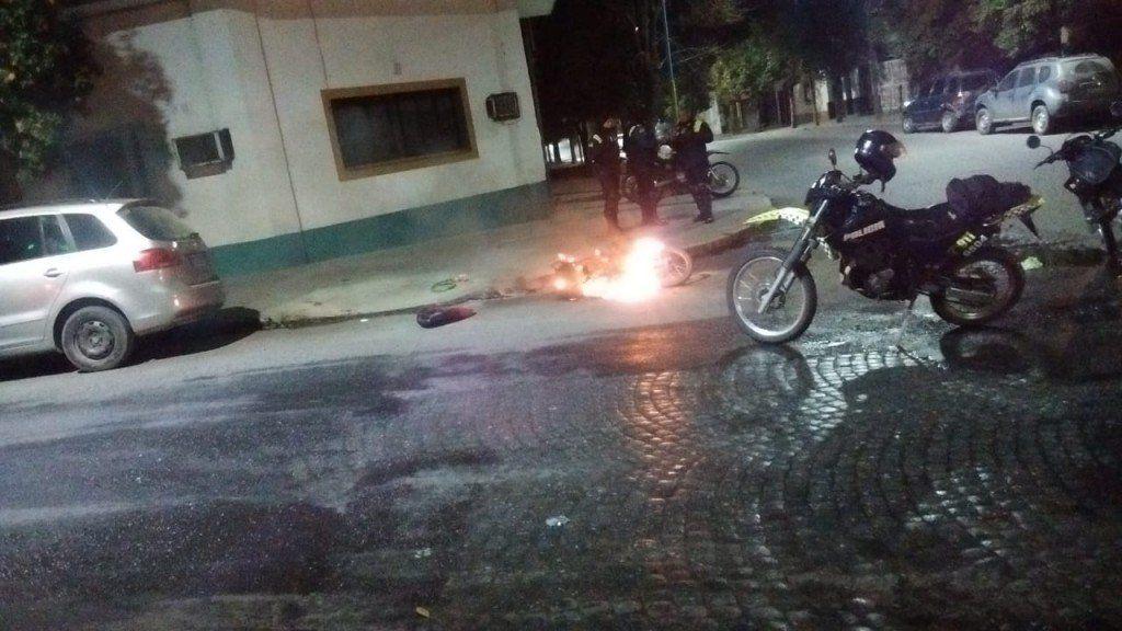 Una moto se incendió luego de un accidente en Bolivar y Entre Ríos