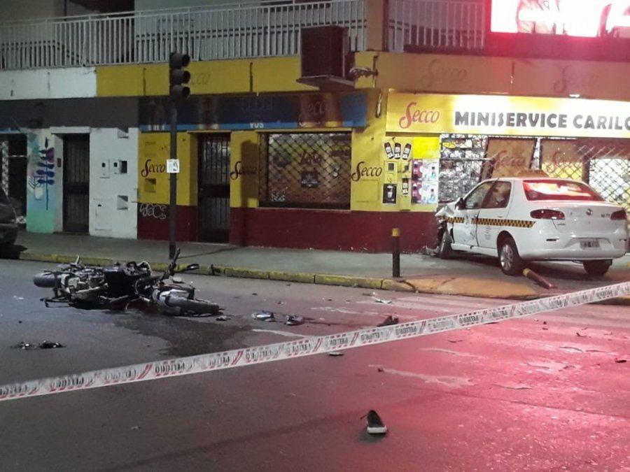 Luego de un accidente, un taxi impactó con la fachada de un local