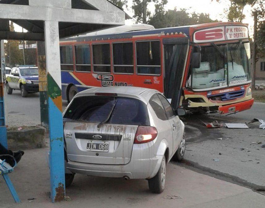 Auto y colectivo chocaron y causaron destrozos en San José
