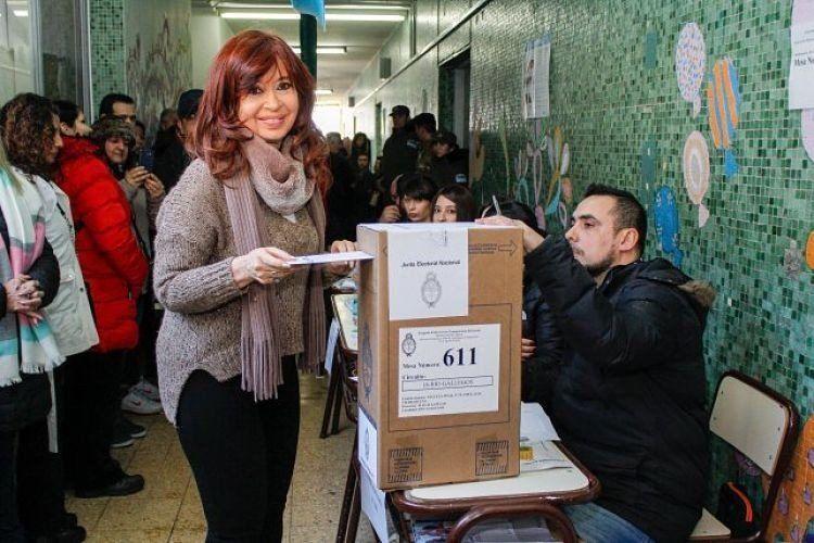 Cristina Fernández votó en Río Gallegos y aceptó tomarse selfies