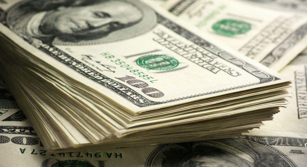 En el cierre de una semana intensa, el dólar cede $1,06 centavos a $58,70