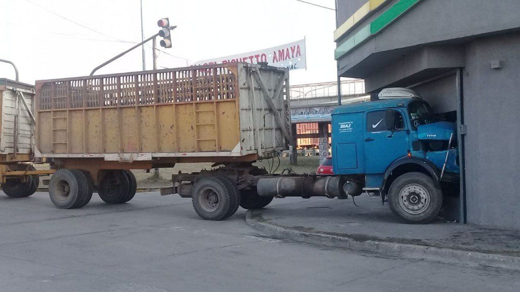 Concepción: Un camión con acoplado se incrustó en un local