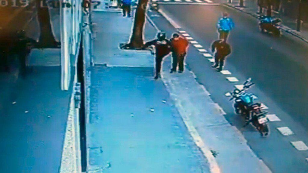 Liberaron al policía que mató a un hombre de una patada