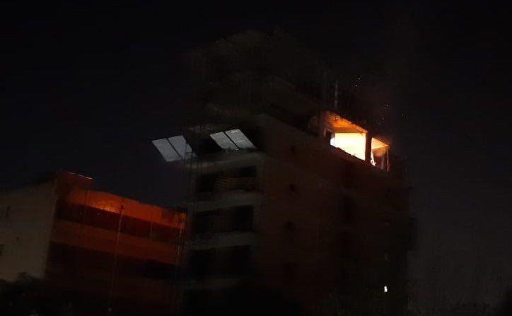 Se incendió el último piso de un edificio en construcción