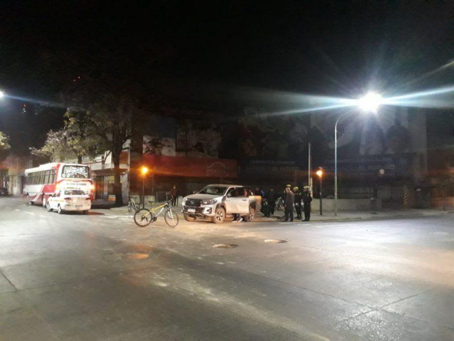 Choque entre una camioneta y un colectivo en 24 de Septiembre y Alberdi