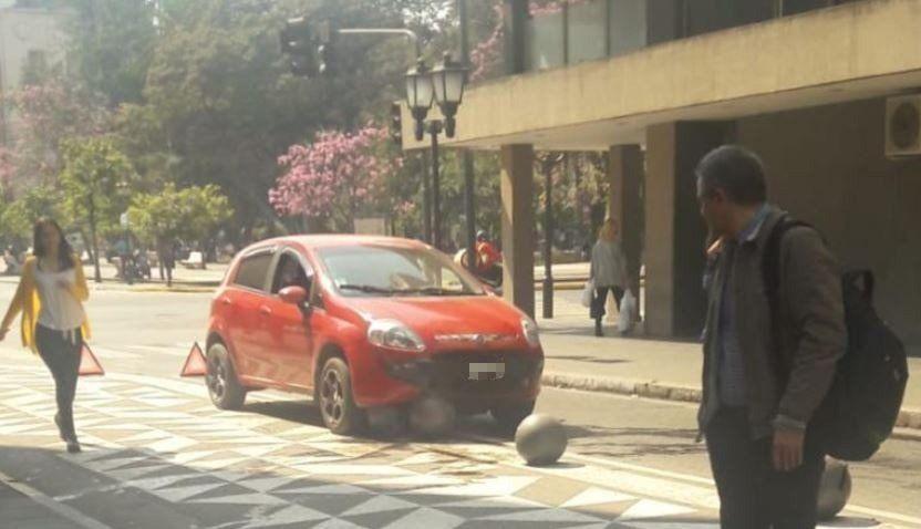 Un automovilista impactó con una esfera en el microcentro
