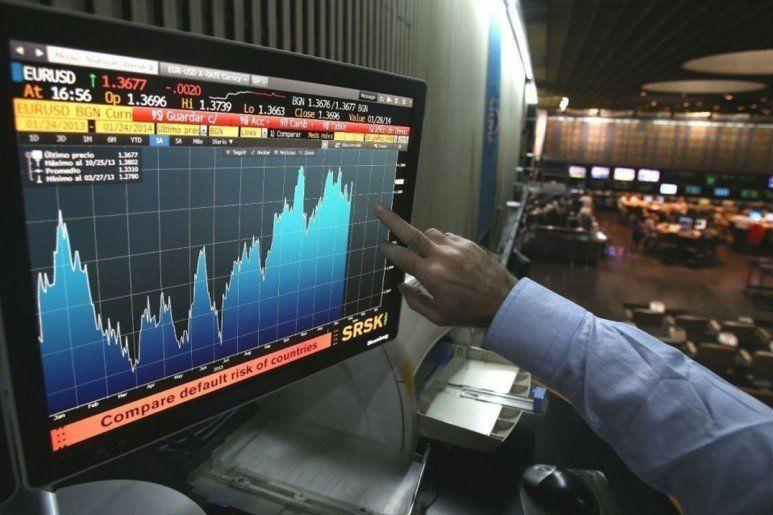 El dólar sigue en $57 y el riesgo país vuelve a caer