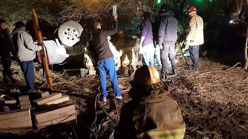 Chocaron contra un árbol y volcaron en Catamarca: murió una mujer