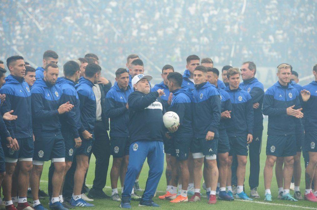 Diego se puso a practicar con sus nuevos jugadores