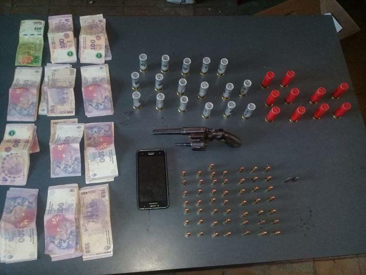 Secuestran casi $30.000, un arma y cartuchos en allanamientos en Leales