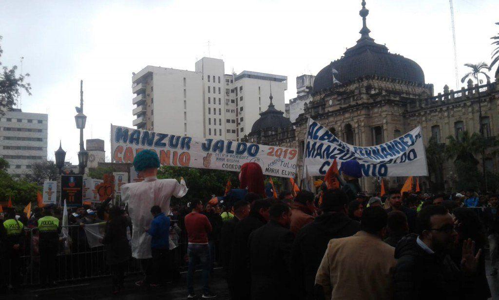 La militancia aguarda la llegada de Fernández al teatro Mercedes Sosa