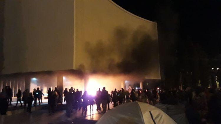 Incendiaron la Legislatura provincial tras la muerte de dos docentes