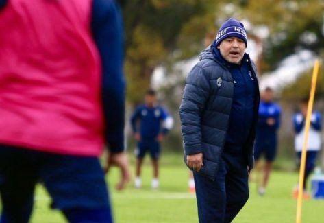 Maradona estuvo presente en la práctica de Gimnasia