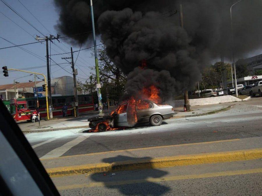 Se incendió un auto en el acceso norte de la capital