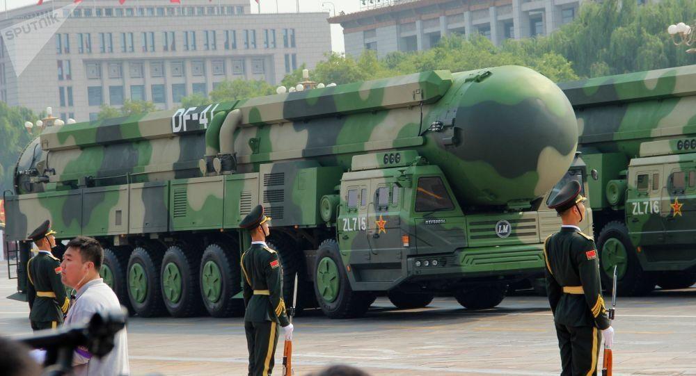 China presentó cinco nuevas armas en el desfile por los 70 años de la fundación de la República Popular