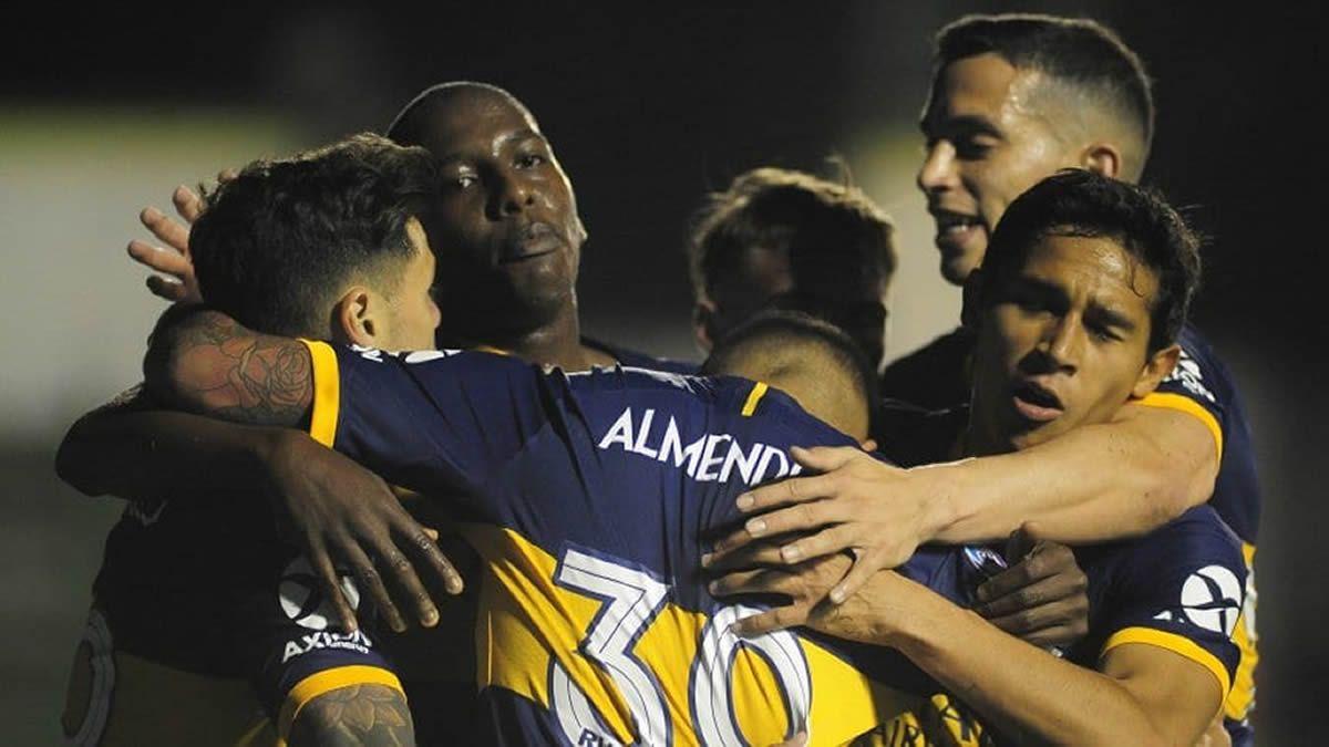 Almendra se abraza con sus compañeros luego del gol.