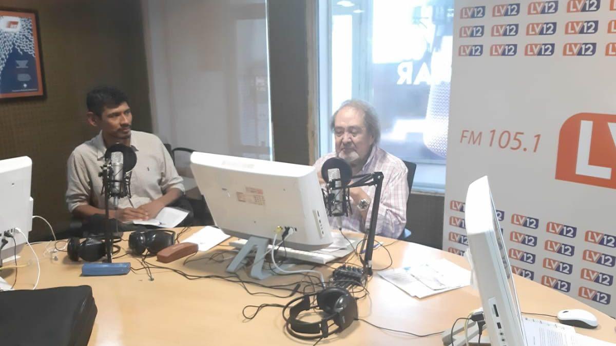 Pablo Barrionuevo en el estudio de LV12 Radio Independencia.