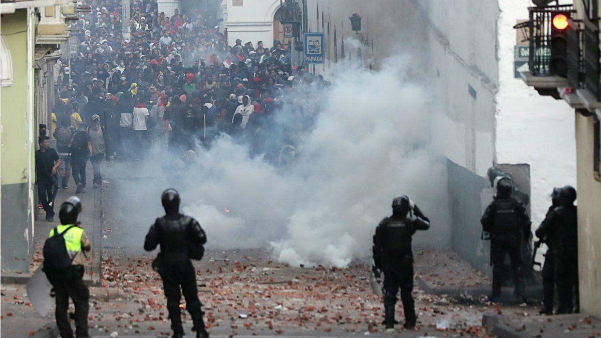Manifestantes chocan contra las fuerzas de seguridad en Quito