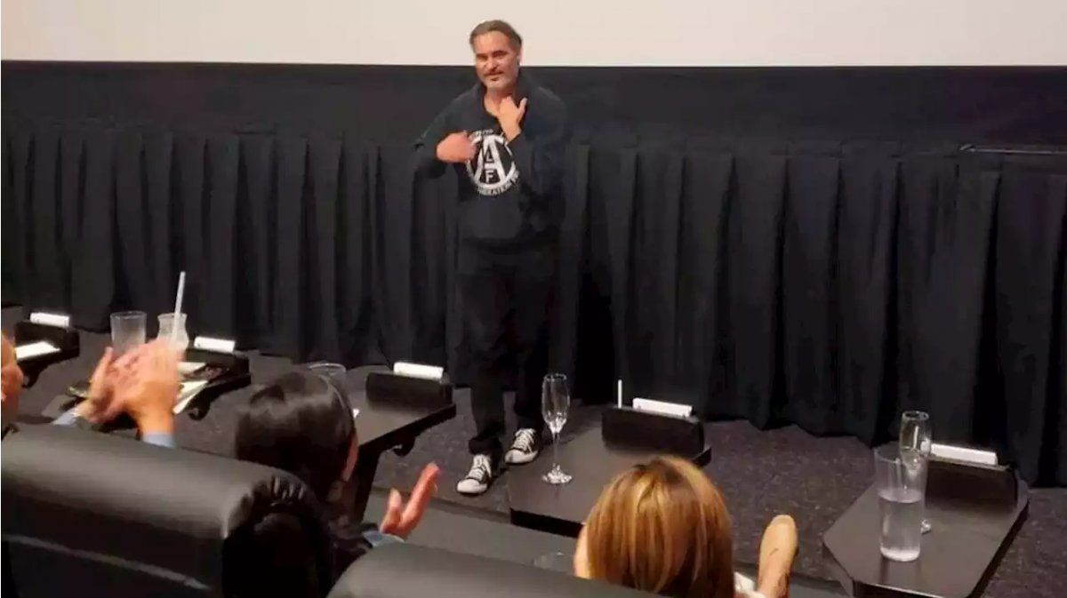 Joaquin Phoenix sorprendió y apareció en plena función de Joker