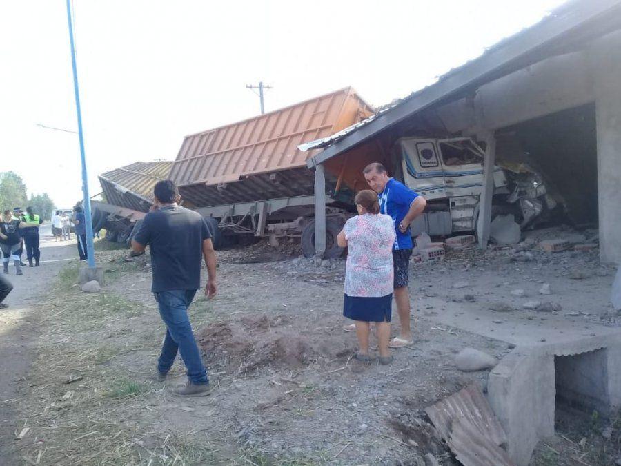 El camión quedó en el interior de una casa.
