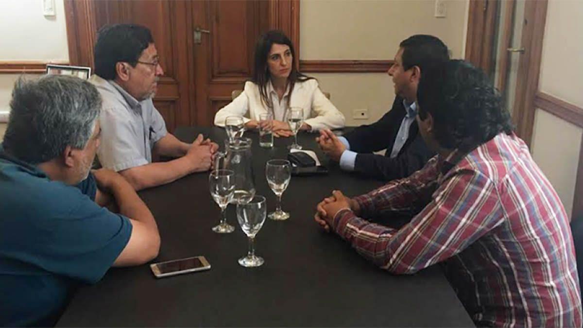 Carolina Vargas Aignasse reunida con los trabajadores.