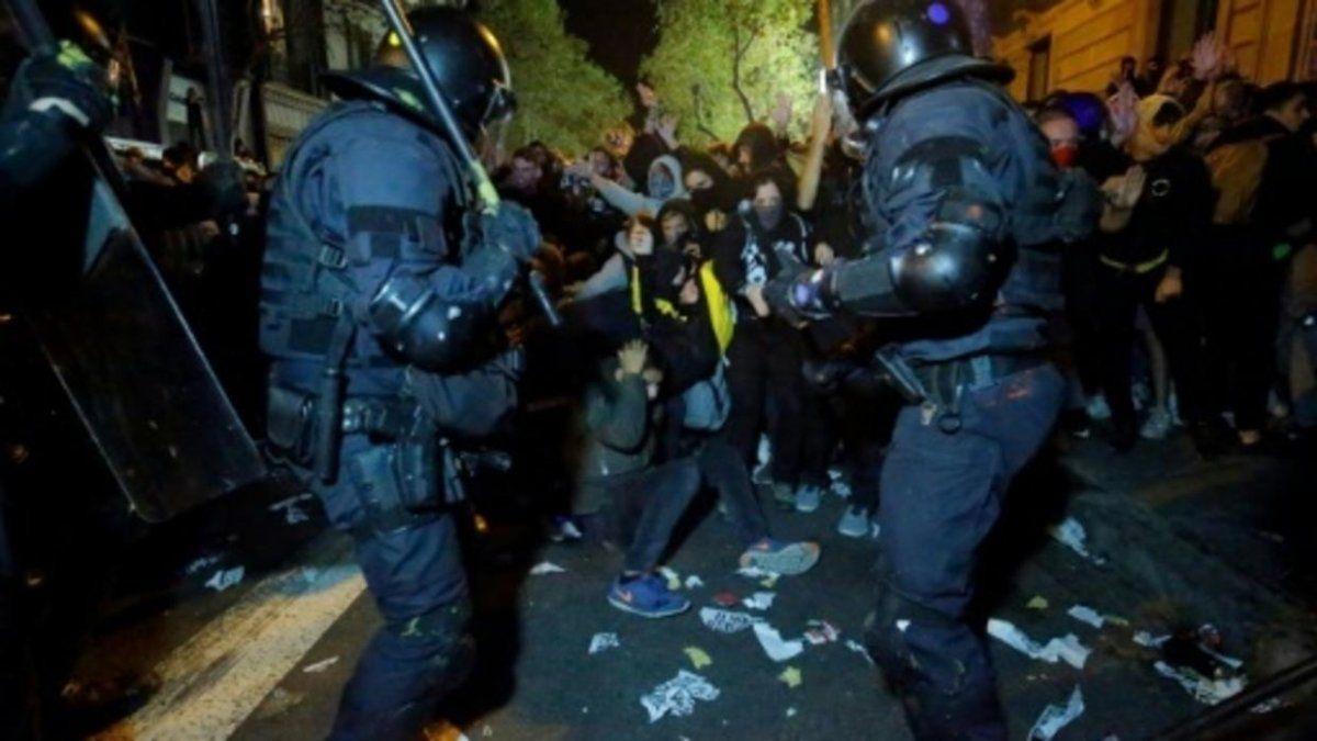 En el corazón de Barcelona hubo una verdadera batalla campal entre policía e independentistas. Varias calles terminaron cortadas por barricadas en fuego y algunas permanecen cerradas por los destrozos.