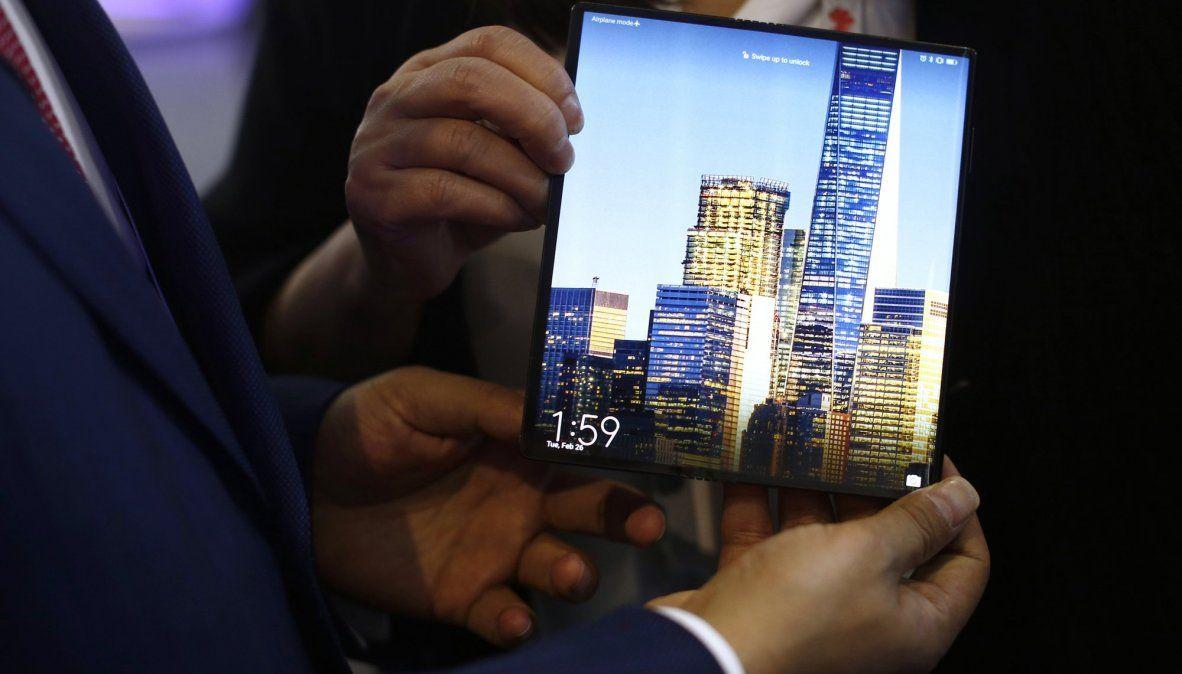 El Huawei Mate X tiene una pantalla de 8 pulgadas que se convierte en dos de 6.6 y 6.4