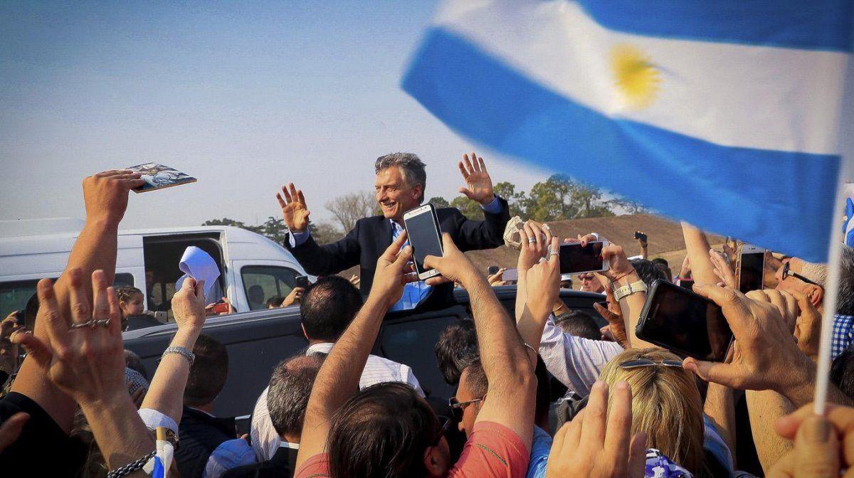 Macri aguarda por una multitud desde el Obelisco