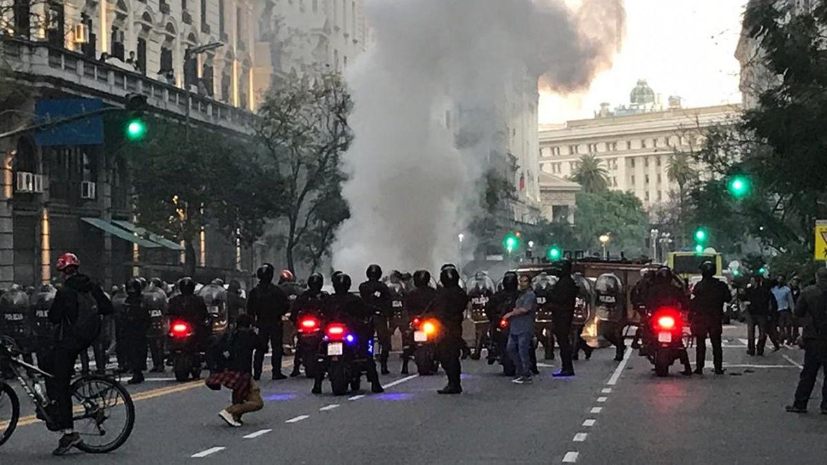 Incidentes en el consulado de Chile: al menos un herido