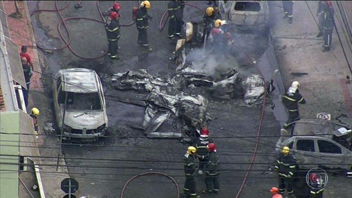 Tres muertos por una avioneta que cayó en una calle